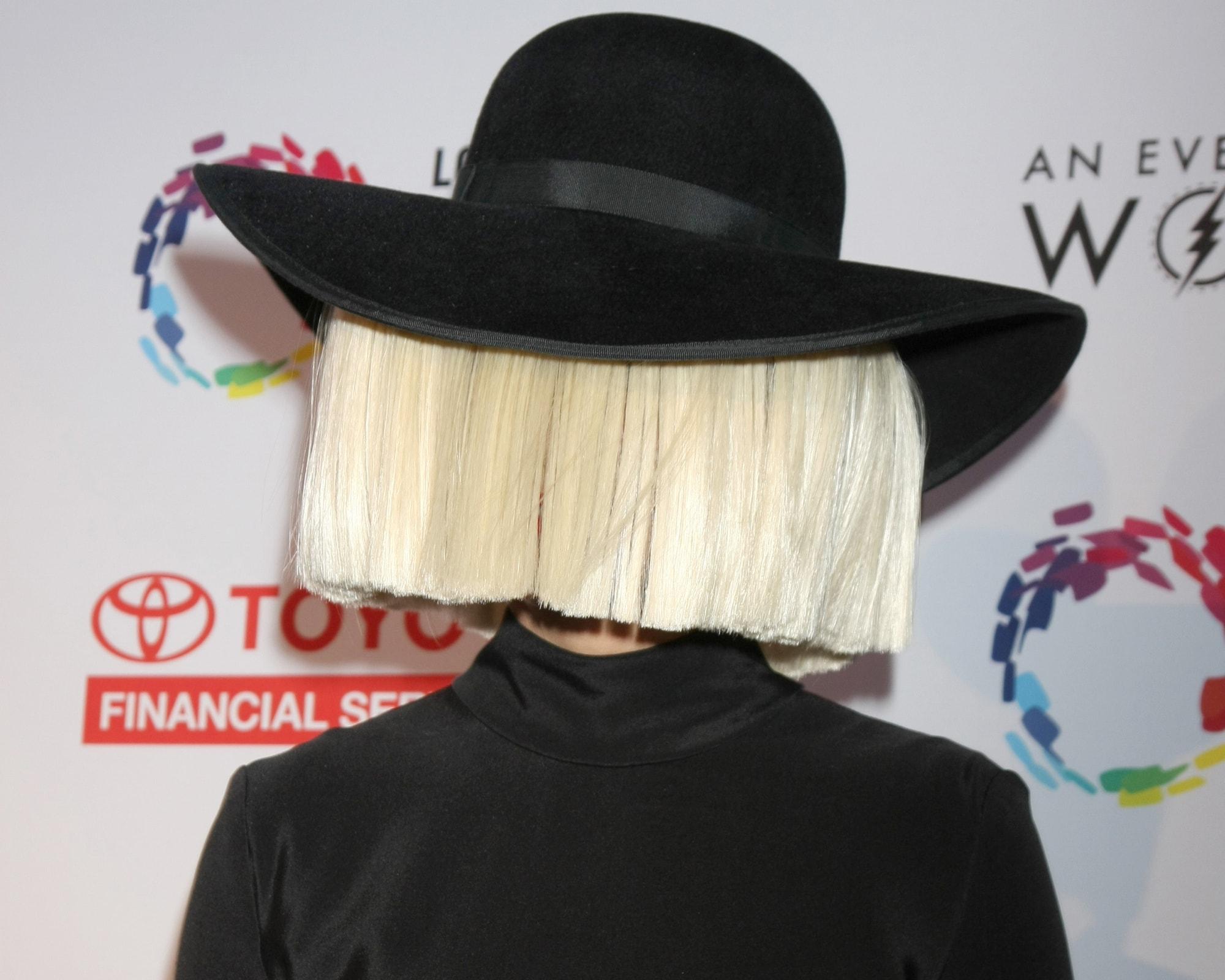 Певица Сиа ответила на обвинения в дискриминации аутистов в своем фильме «Мьюзик»