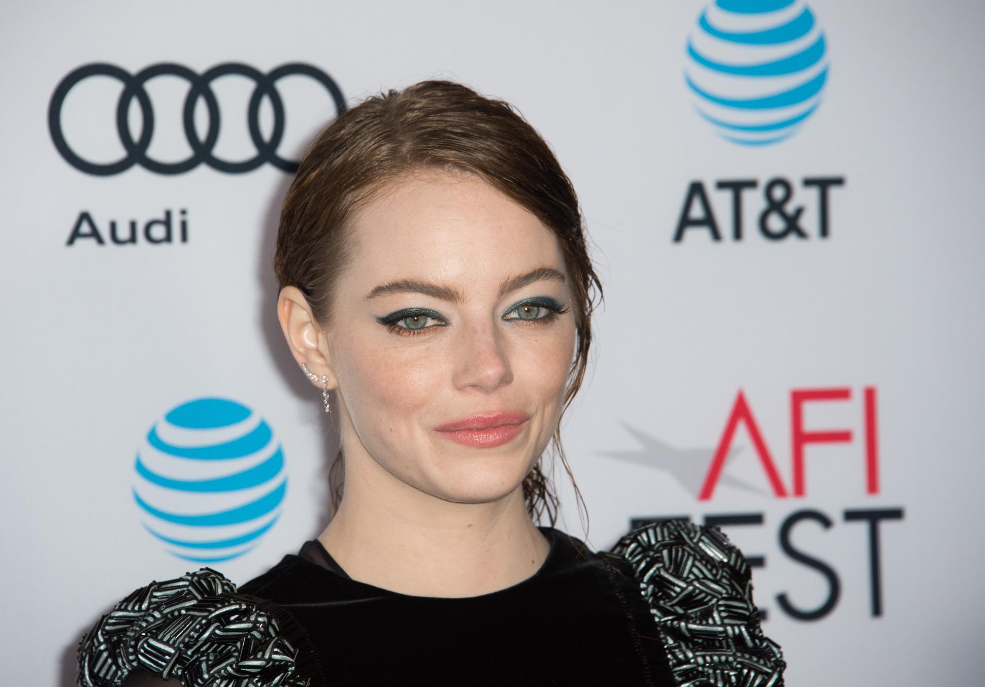 Эмма Стоун рассказала о забавном случае, связанном с ее мамой и Анджелиной Джоли