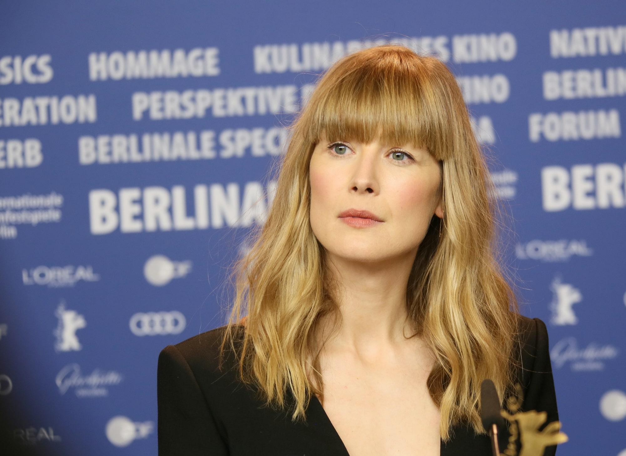 Розамунд Пайк сравнила своих героинь из фильмов «Исчезнувшая» и «Аферистка»